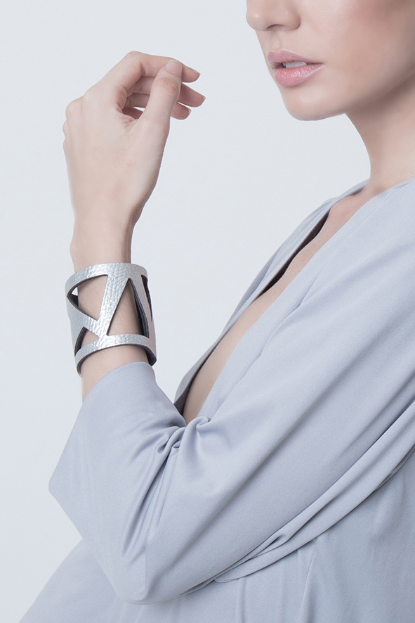 brazalete de cuero, joyería contemporánea, uso urbano, mujer, diseño argentino