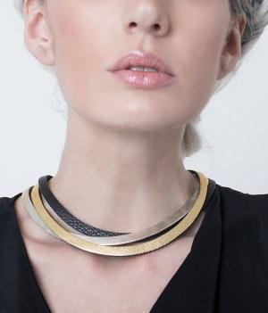 collar de cuero largo. joyería contemporánea, uso urbano, mujer