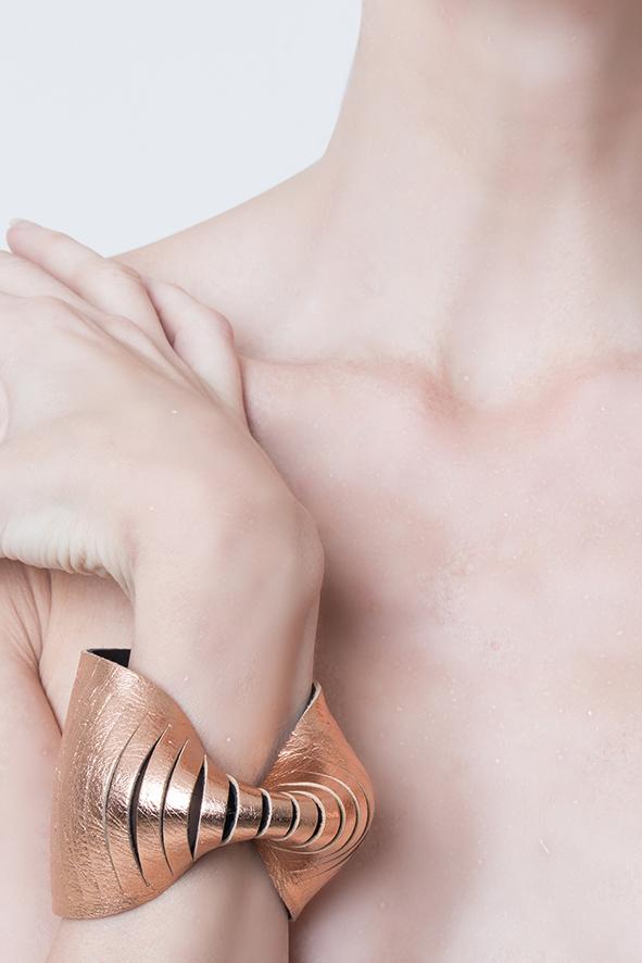 brazalete de cuero , Joyería contemporánea de autor Joyería contemporánea argentina