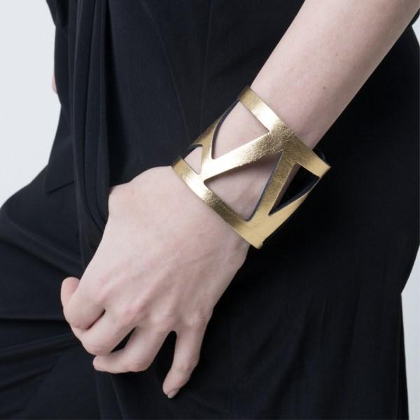 Brazalete Metric de cuero metalizado Dorado, sobre modelo. Maison Domecq