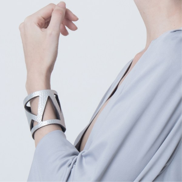 Brazalete Metric de cuero metalizado plateado, sobre modelo. Maison Domecq