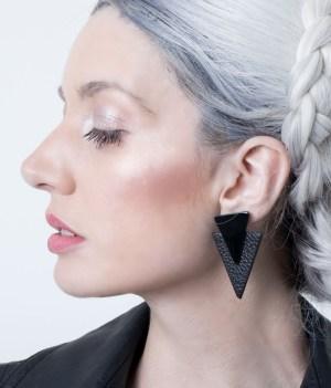 Aros de cuero Metric, Negro y negro charol sobre modelo. Maison Domecq