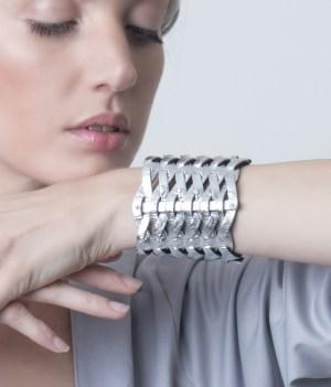 Brazalete de cuero metalizado plateado Lazos de Maison Domecq sobre modelo.