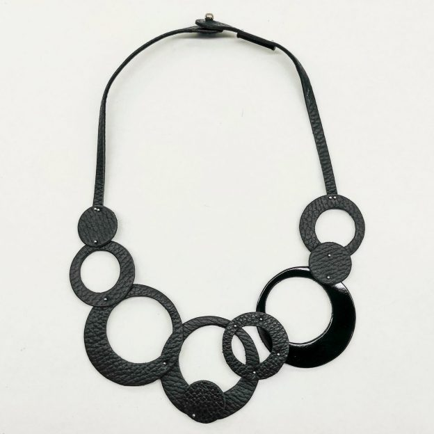 collar Olivia Corto Negro y Charol