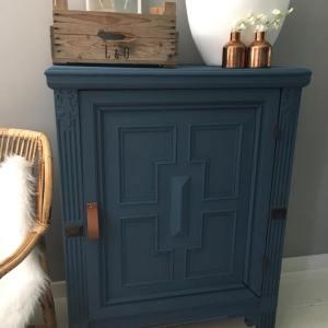 donker blauwe krijtverf op een kast van maisonmansion