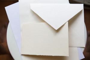Ensemble Velin d'Arches enveloppe + carton double + feuille, bords ronds à franges