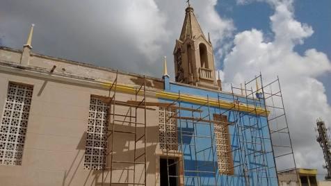 Nova pintura da Igreja Matriz de Nossa Senhora da Glória - as cores do manto da Padroeira. Foto: Lucas Lamonier/ Facebook