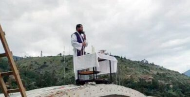 padre celebra missa do telhado