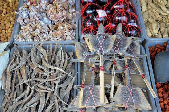 Peixes salgados vendidos na Chinatown de Singapura