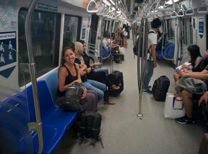 Dentro do metrô em Singapura