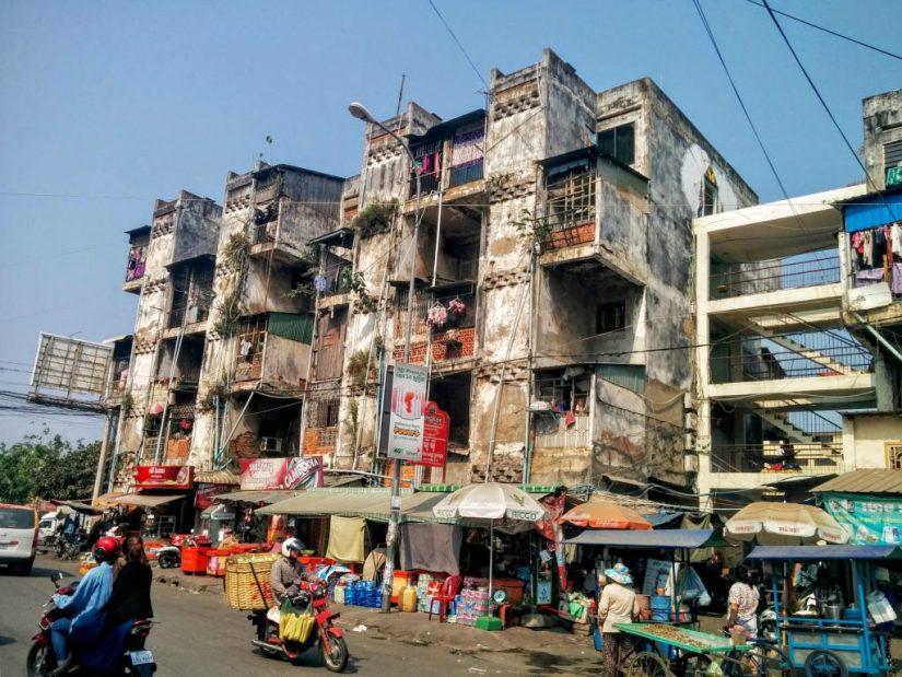 Detalhes de prédio em ruínas na cidade de Phnom Penh no Camboja