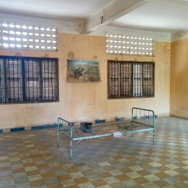 Essa sala foi deixada exatamente da forma que foi encontrada depois do regime Khmer Vermelho. Contem apenas o estrado de uma cama enferrujada e uma fotografia em preto e branco de um prisioneiro mutilado acorrentado à cama.