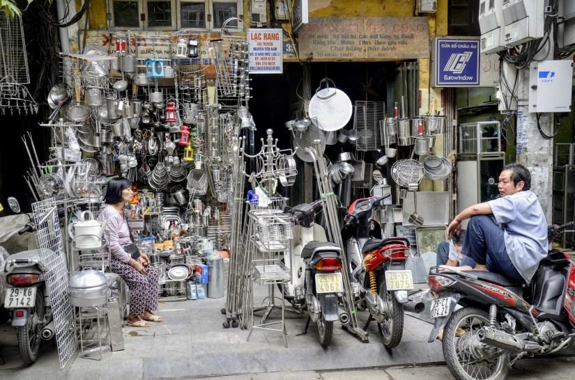 Bairro antigo de Hanoi, comércio de utensílios de alumínio