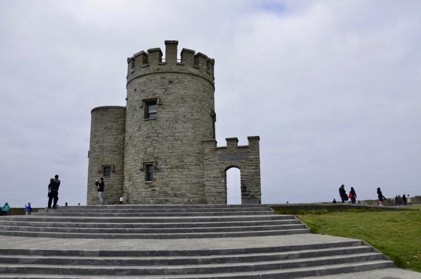 Torre O'Brien's, o ponto mais alto do Cliffs of Moher, na Irlanda.