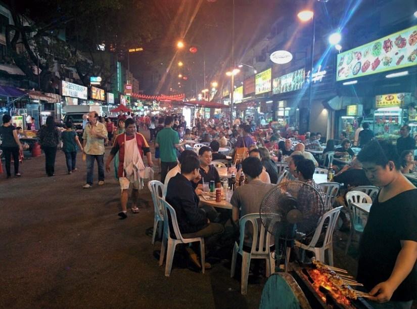 Feira noturna de comida na Jalan Alor, na Malásia