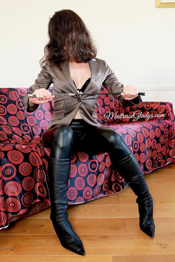 Maîtresse Gladys cuir cravache