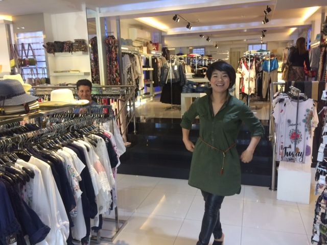 """La """"china Elena"""" de Majadahonda, feliz por su popularidad: """"muchas glacias pero ¿no complal nada?"""""""