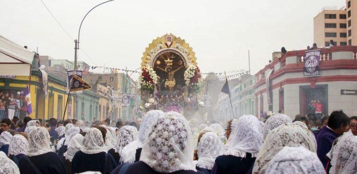 """La comunidad peruana de Majadahonda celebra la procesión del """"Señor de los Milagros"""""""