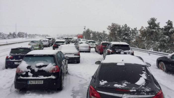 Avalancha de nieve en la A-6 (Madrid-Coruña): 4.000 coches atrapados