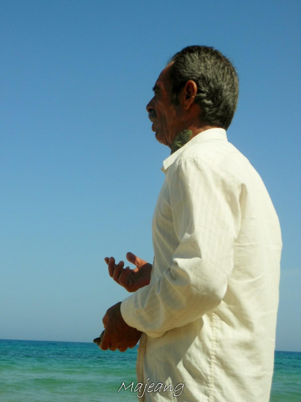 Beach vendor, Visiting Tunisia on www.majeang.com