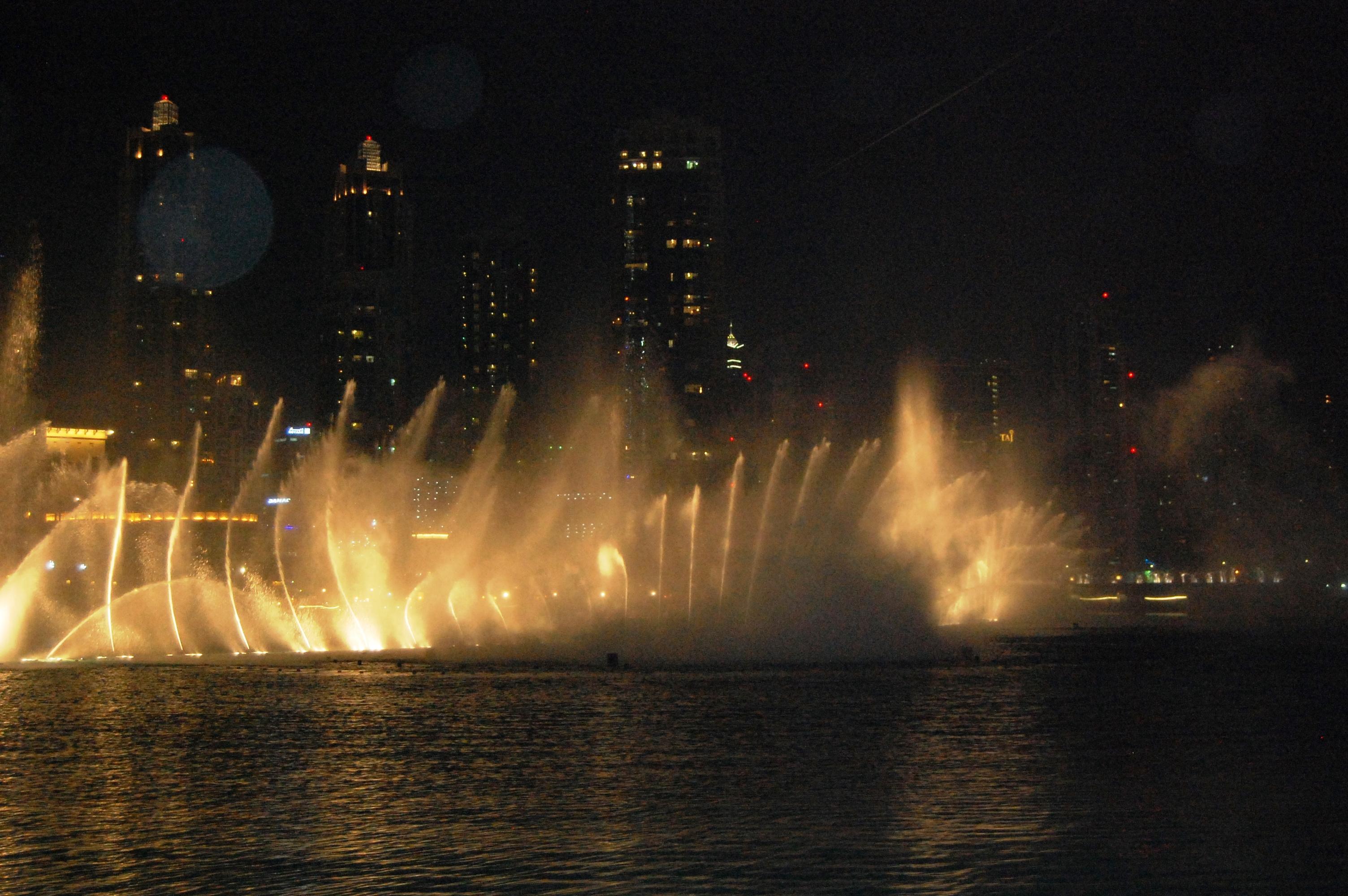 water fountain show at dubai mall