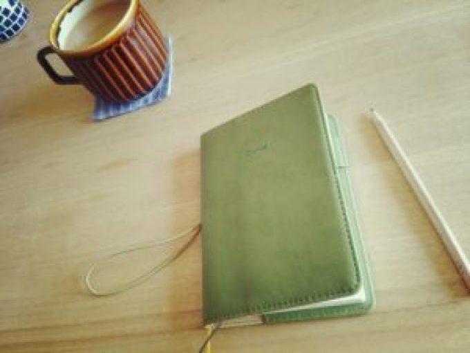 手帳とカフェラテ