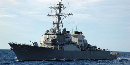 Combien de navire(s) américain(s) ont été visés durant une attaque au large des côtes du Yémen le samedi 15 octobre ?