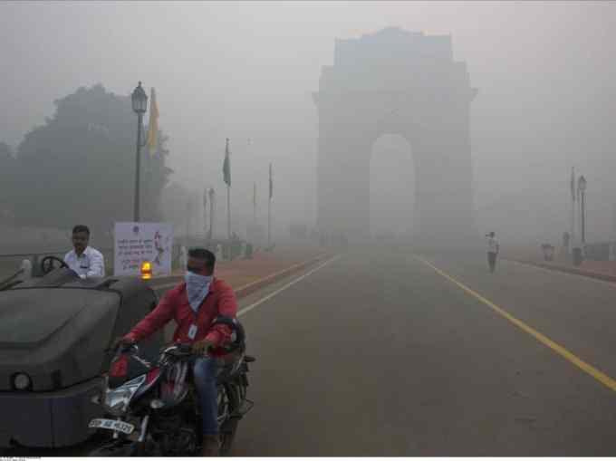 Quelle ville a demandé l'arrêt des chantiers et d'une centrale à charbon ainsi que la fermeture des écoles à cause de la pollution ?