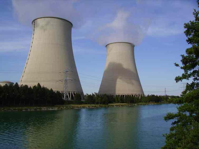 Quel pays projette la construction de centrales nucléaires dans les eaux les plus contestées du monde ?
