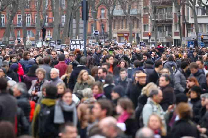 Quel pays a adopté mardi 14 décembre un texte restreignant les rassemblements publics ?