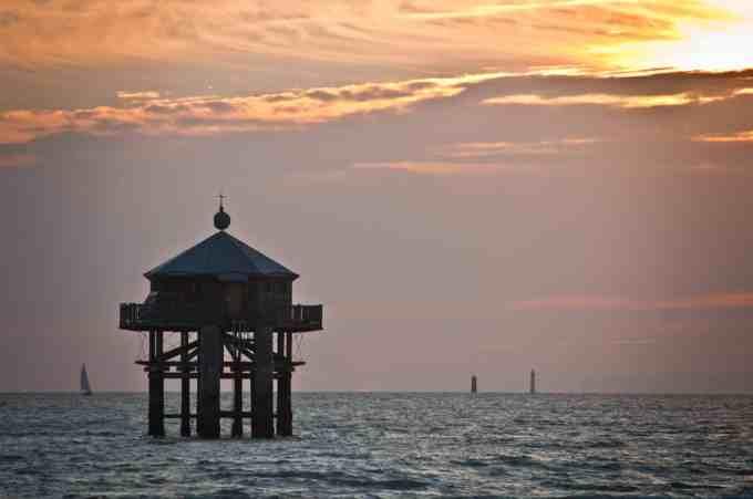 Le Phare du bout du monde à la plage des Minimes est une réplique d'un phare situé dans quelle partie du globe ?