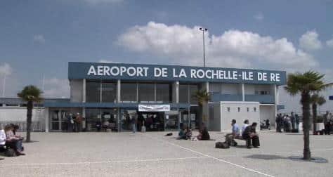 Quelle est la ville la plus desservie parmi les 13 destinations françaises et européennes possibles au départ de l'aéroport de La Rochelle ?