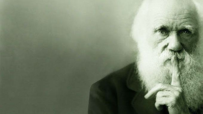 A quelle théorie scientifique associe-t-on Darwin ?