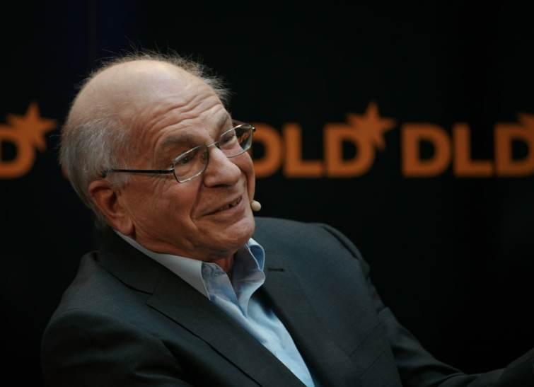 Kahneman et Tversky sont deux économistes connus surtout pour leurs travaux sur :