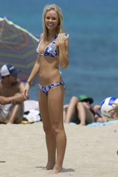 laura-vandervoort-bikini-2-572
