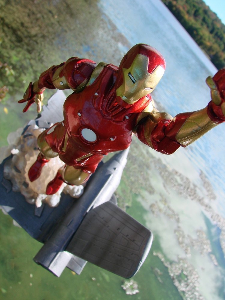 Exclusive Marvel Select Bleeding Edge Iron Man action