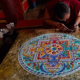 พระในธิเบตกำลังใช้ทรายผสมกับสีเพื่อสร้างแมนดาลา เป็นการฝึกสมาธิและสอนเรื่องปรัชญาไปในตัว (ภาพจาก invaluable.com)