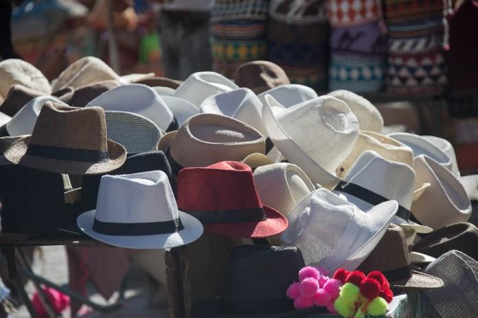 Mann/Frau trägt Hut - hier ist es ein angenehmer Schutz gegen die Sonne