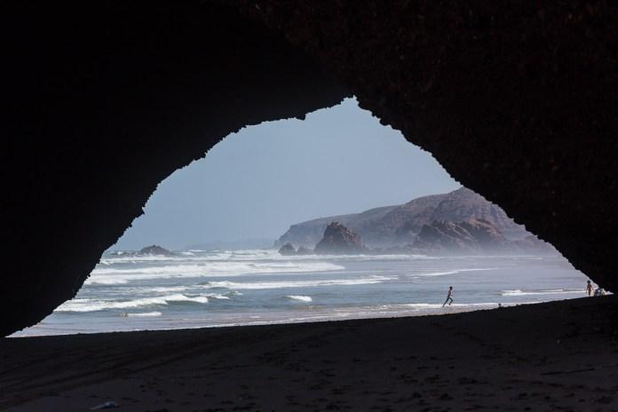 Die Wellen tosen den Strand hinauf ...
