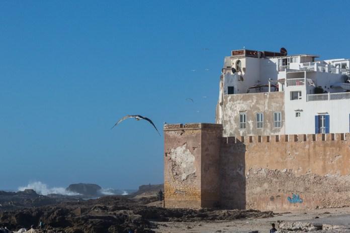 Blauer Himmel - und Essaouria wird von Wellen umtost