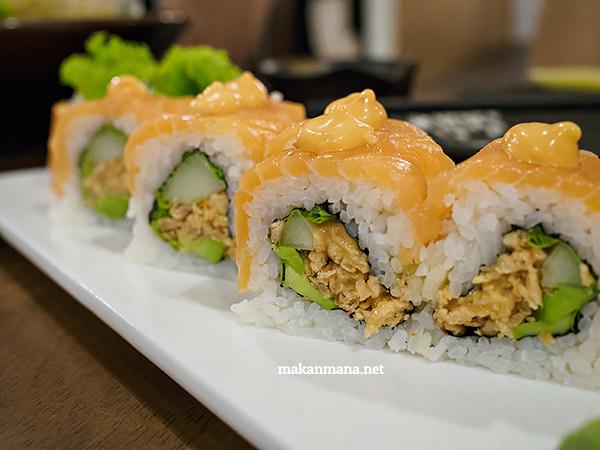 Spicy salmon sashimi maki (88rb)