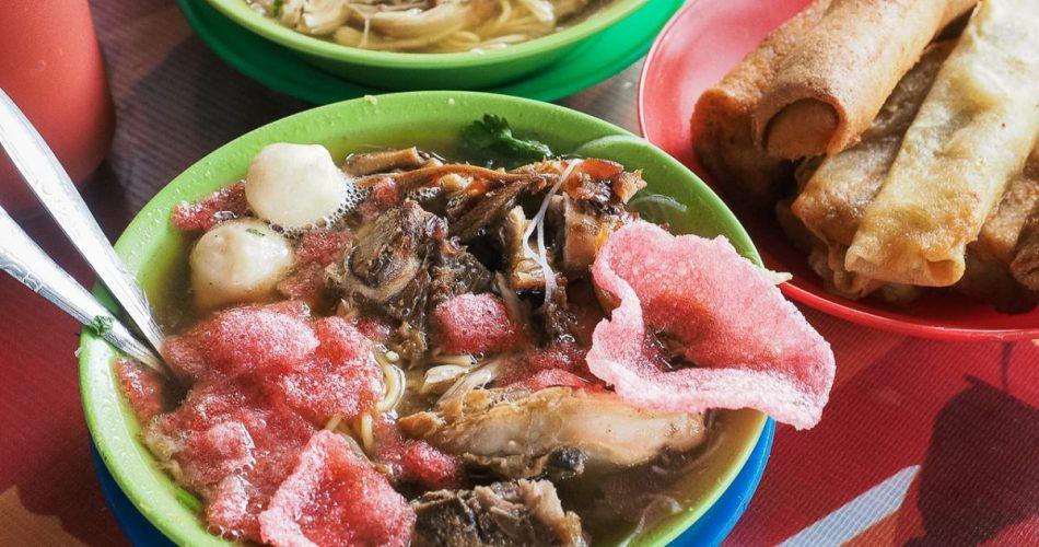 Sensasi makan mie sop kampung diatas got Bamboe Cafe 1
