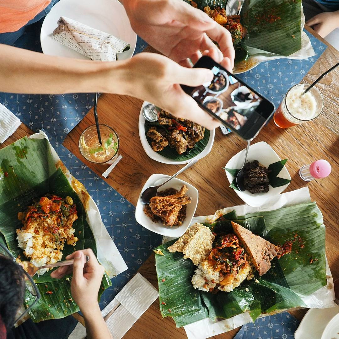Nasi bungkus makan ditempat biar lebih otentik
