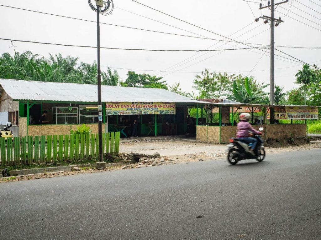 Menikmati Ikan Baung dan Holat yang segar di RM Bung Rizal & M. Br. Regar 2