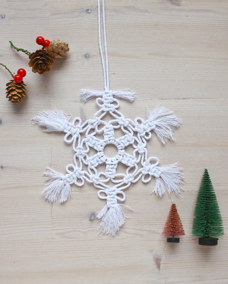 Macrame snowflakes, DIY tutorial by Make and Fable