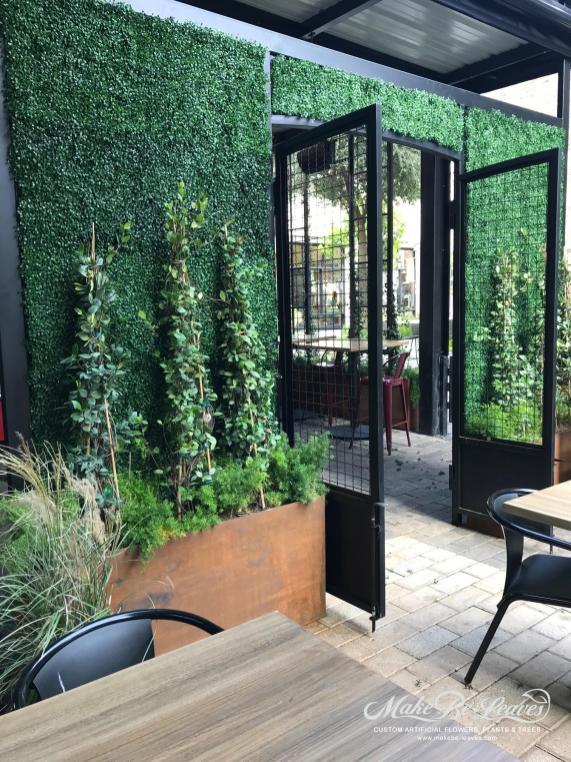 Smoke-restaurant-makebeleaves-greenwall