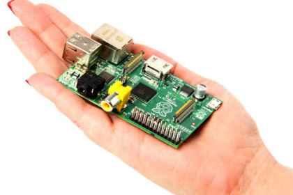 Raspberry Pi е мини-компютър, който се събира върху човешка длан.