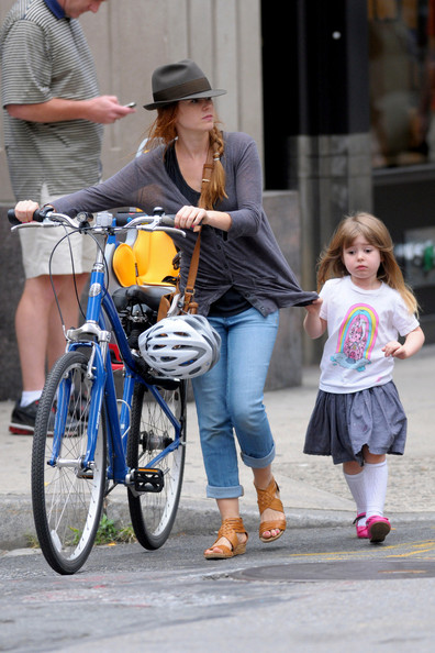 Isla+Fisher+daughter+Olive+walk+their+mother+_vnGt6RS5tZl