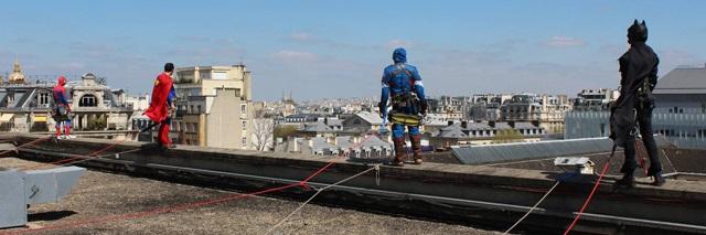 Les super-héros utilisent leur super pouvoir pour les enfants hospitalisés