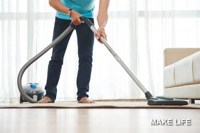 MAN CLEANING LIVING ROOM - Πώς να κάνετε τις δουλειές του σπιτιού σε μια μέρα